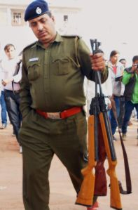 Cop holds arms recovered from Rampal's ashram