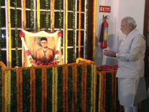 Modi prays to savarkar before going to parliament