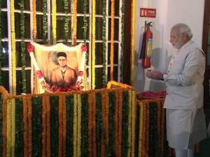 Modi prays to savarkar before going to parliament
